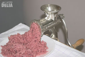 The Porkert No.8 mincer and a plate of freshly minced pork