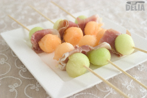 Skewers with slices of Parma ham between balls of honeydew and Japanese melon